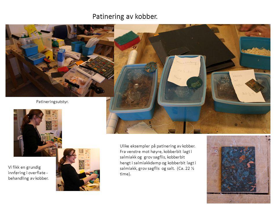 Patinering av kobber. Ulike eksempler på patinering av kobber. Fra venstre mot høyre, kobberbit lagt i salmiakk og grov sagflis, kobberbit hengt i sal