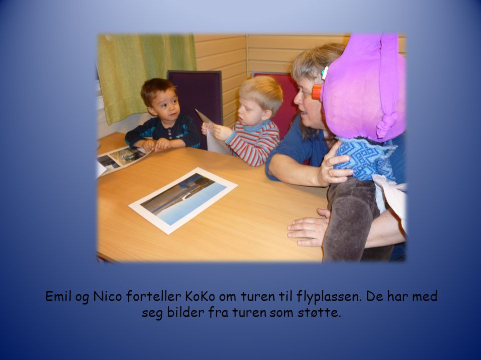 Tilde, Noah og Emil ser på bildene fra sikkerhetskontrollen på flyplassen og forteller KoKo om det de ser og husker fra sin tur