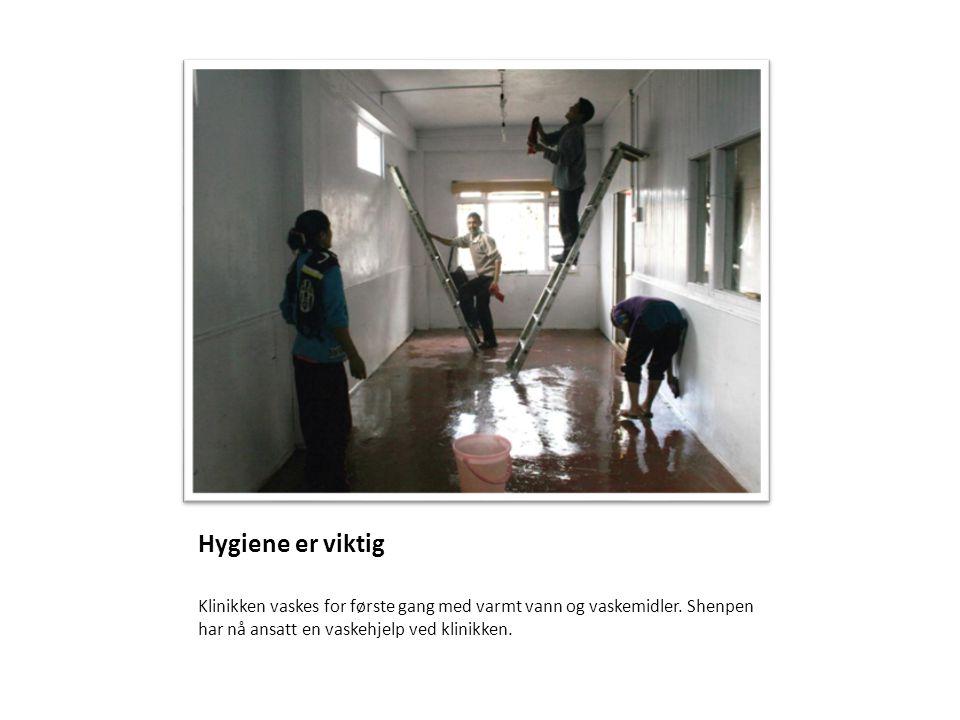 Hygiene er viktig Klinikken vaskes for første gang med varmt vann og vaskemidler. Shenpen har nå ansatt en vaskehjelp ved klinikken.