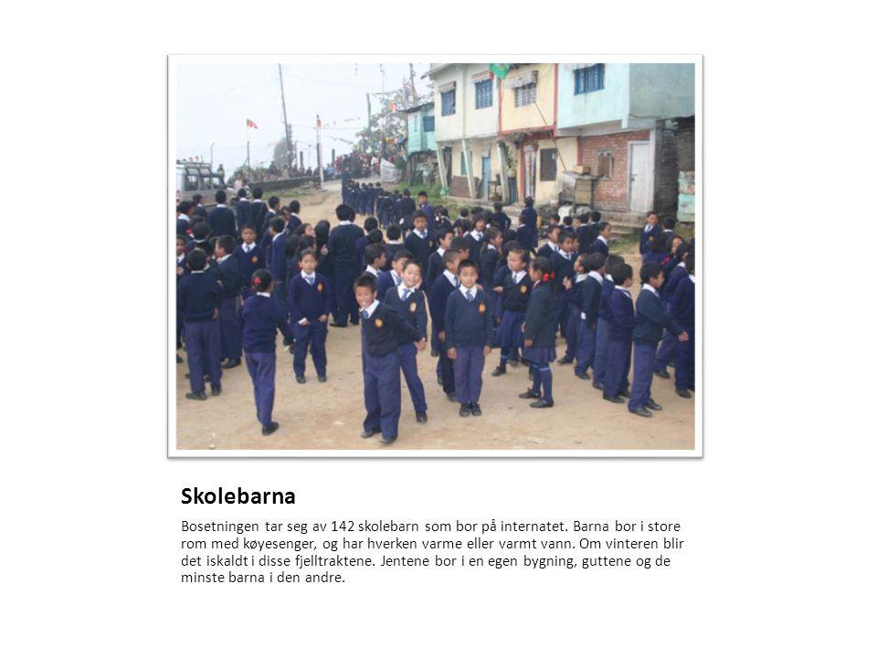 Skolebarna Bosetningen tar seg av 142 skolebarn som bor på internatet. Barna bor i store rom med køyesenger, og har hverken varme eller varmt vann. Om
