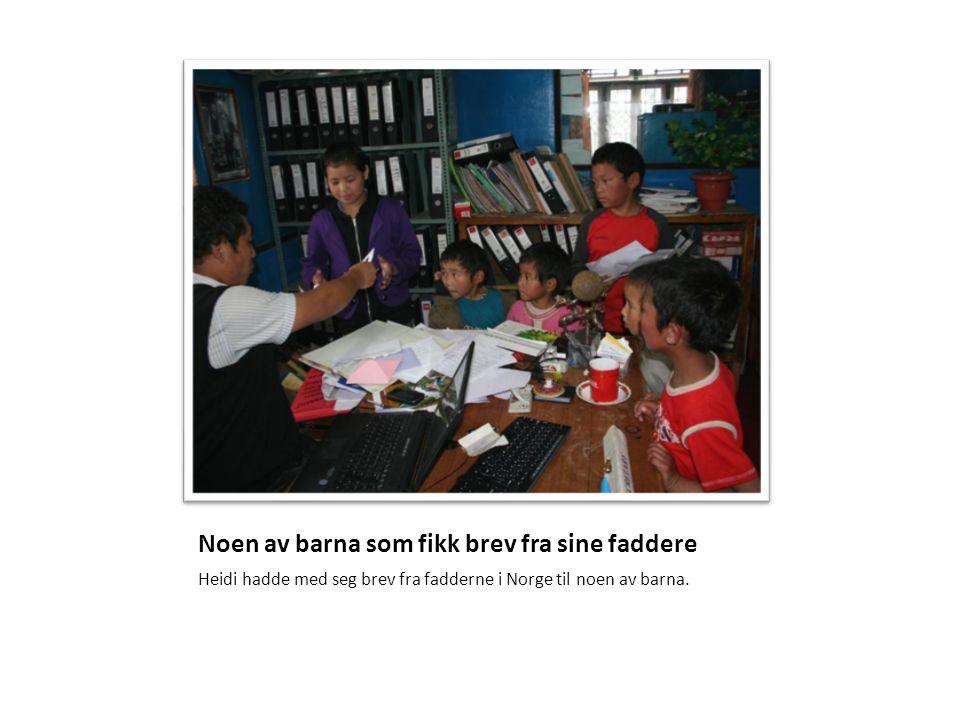 Noen av barna som fikk brev fra sine faddere Heidi hadde med seg brev fra fadderne i Norge til noen av barna.