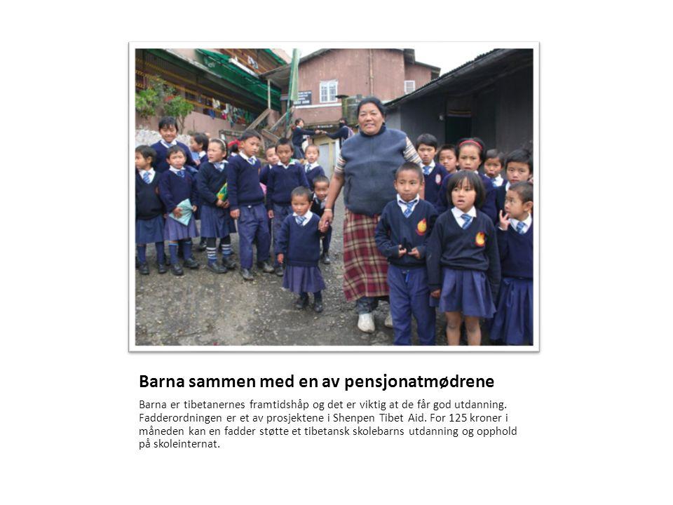 Barna sammen med en av pensjonatmødrene Barna er tibetanernes framtidshåp og det er viktig at de får god utdanning. Fadderordningen er et av prosjekte
