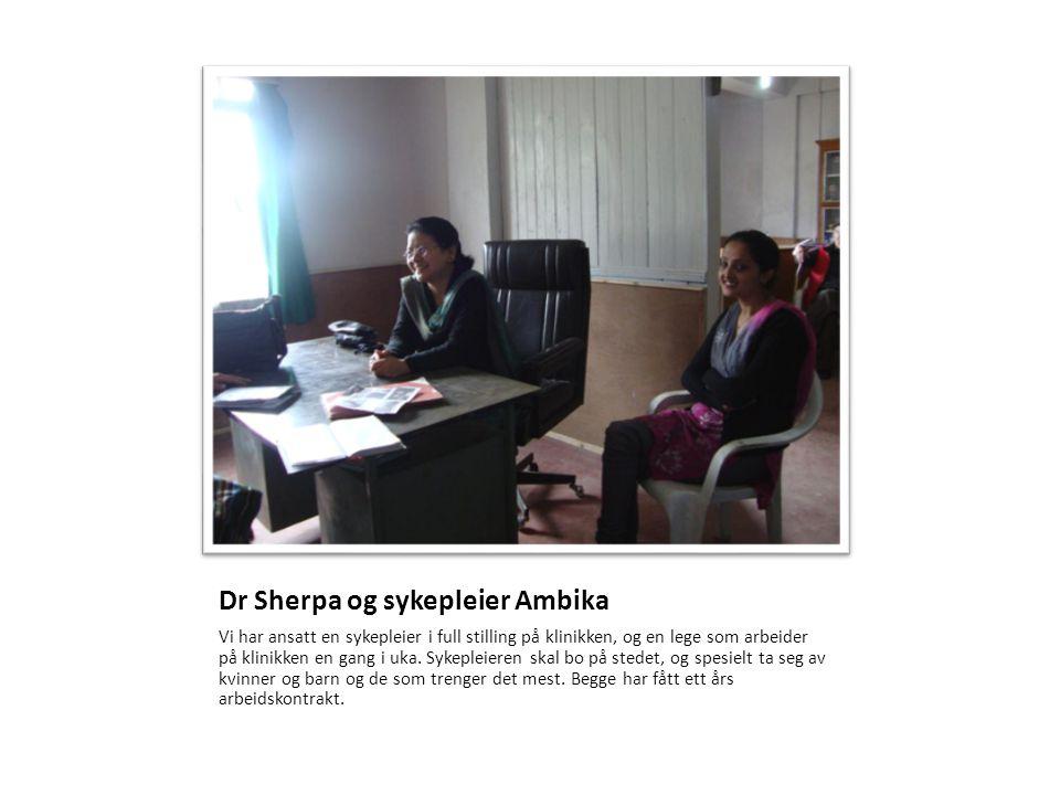 Dr Sherpa og sykepleier Ambika Vi har ansatt en sykepleier i full stilling på klinikken, og en lege som arbeider på klinikken en gang i uka. Sykepleie