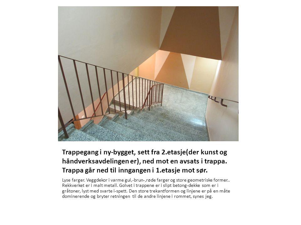 Trappegang i ny-bygget, sett fra 2.etasje(der kunst og håndverksavdelingen er), ned mot en avsats i trappa. Trappa går ned til inngangen i 1.etasje mo