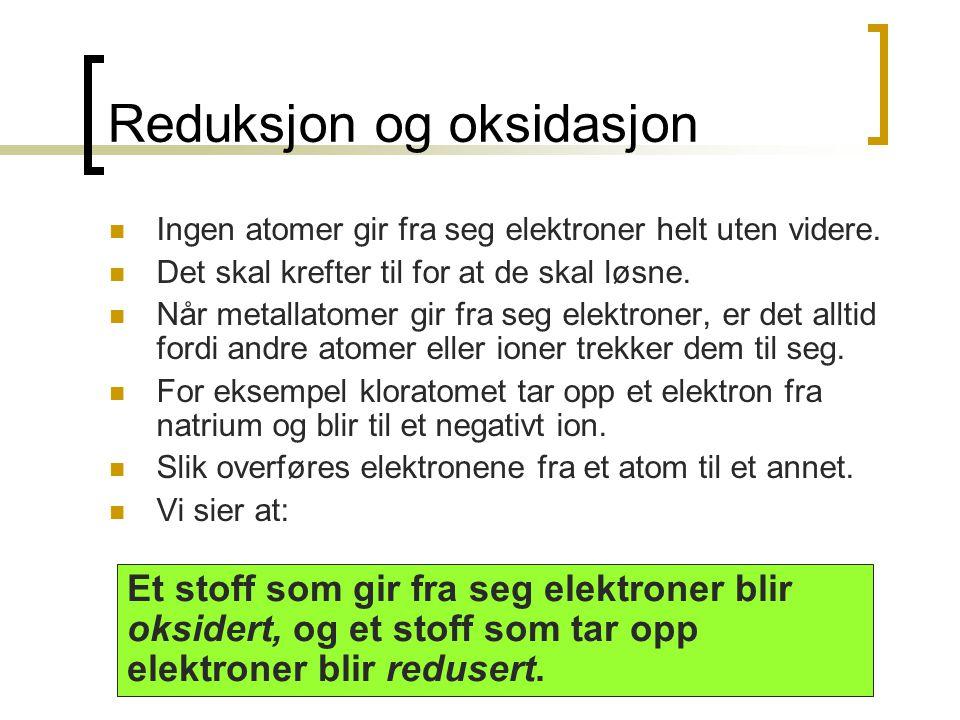 Reduksjon og oksidasjon  Ingen atomer gir fra seg elektroner helt uten videre.  Det skal krefter til for at de skal løsne.  Når metallatomer gir fr