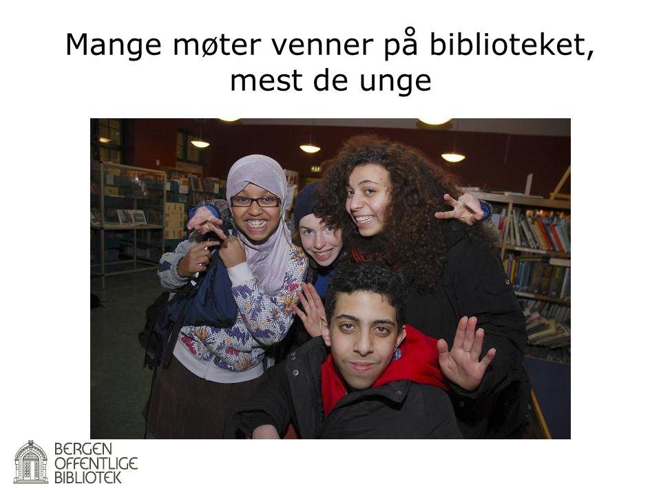 Mange møter venner på biblioteket, mest de unge