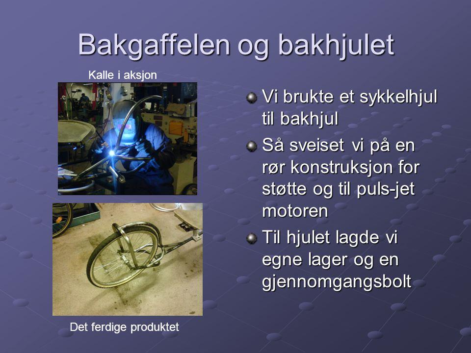 Bakgaffelen og bakhjulet Vi brukte et sykkelhjul til bakhjul Så sveiset vi på en rør konstruksjon for støtte og til puls-jet motoren Til hjulet lagde