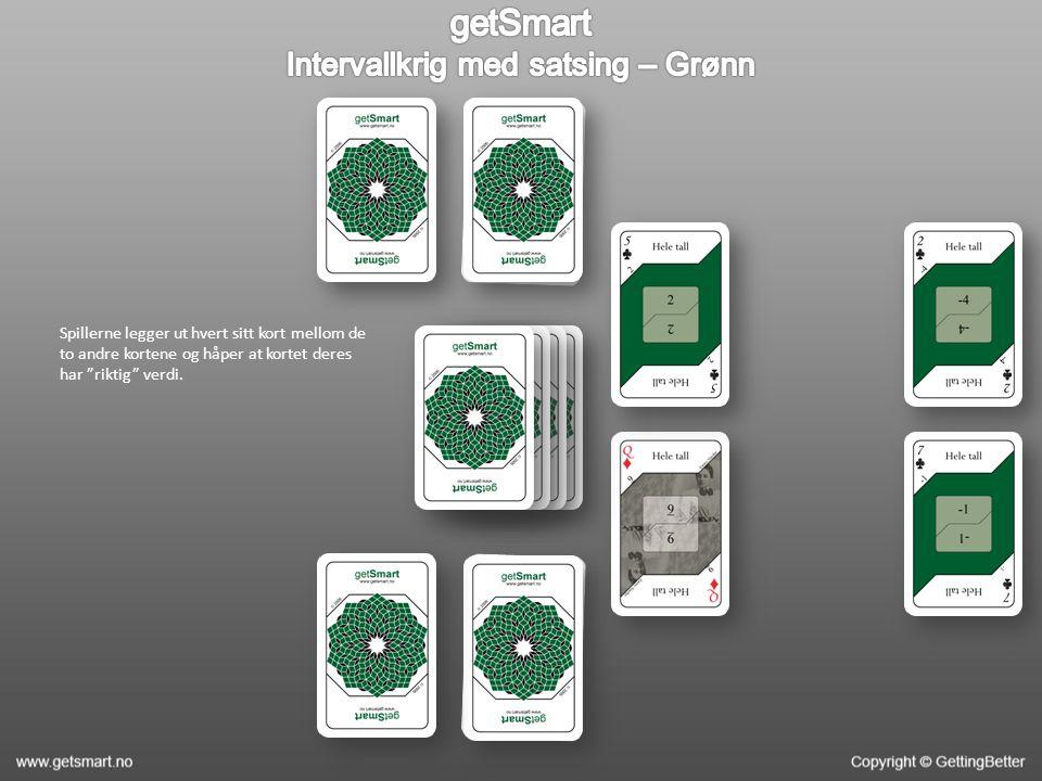 """Spillerne legger ut hvert sitt kort mellom de to andre kortene og håper at kortet deres har """"riktig"""" verdi."""