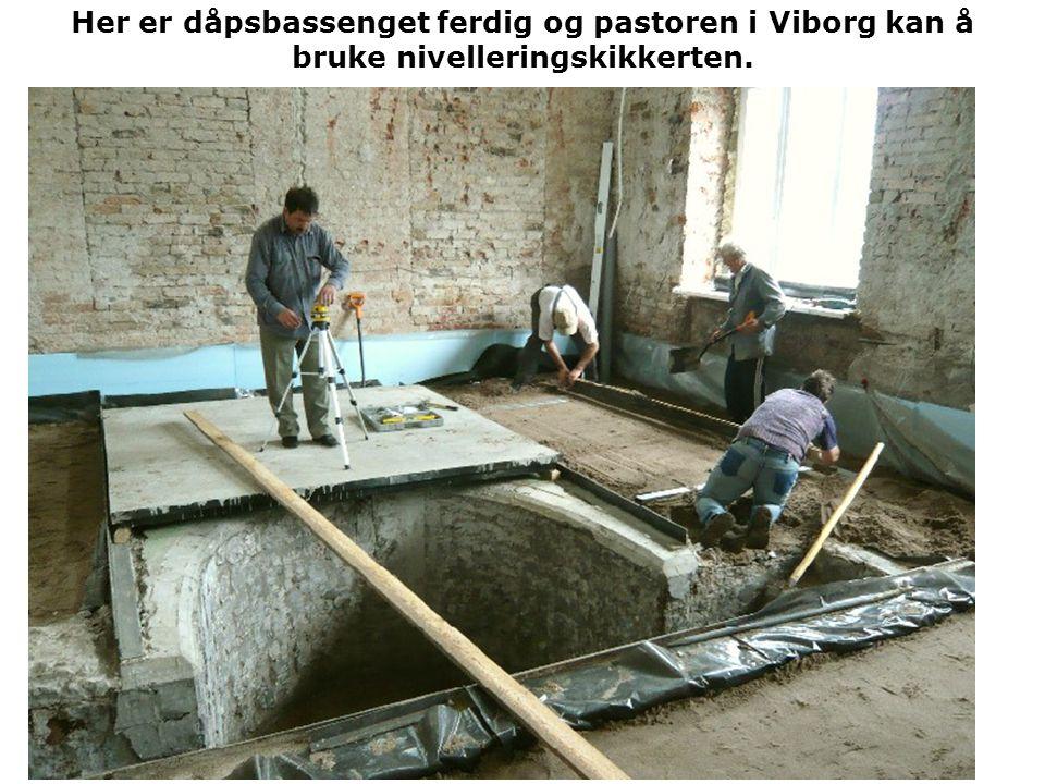 Her er dåpsbassenget ferdig og pastoren i Viborg kan å bruke nivelleringskikkerten.