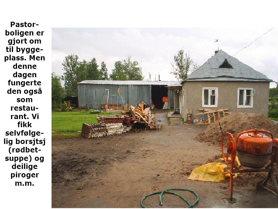 Pastor- boligen er gjort om til bygge- plass.Men denne dagen fungerte den også som restau- rant.