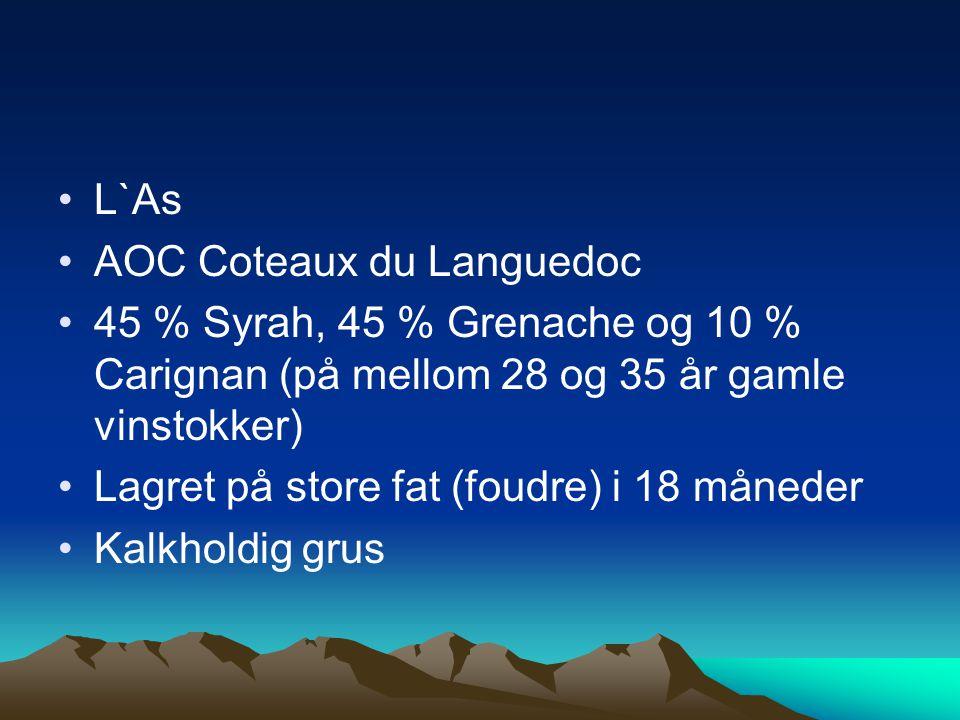 •L`As •AOC Coteaux du Languedoc •45 % Syrah, 45 % Grenache og 10 % Carignan (på mellom 28 og 35 år gamle vinstokker) •Lagret på store fat (foudre) i 18 måneder •Kalkholdig grus