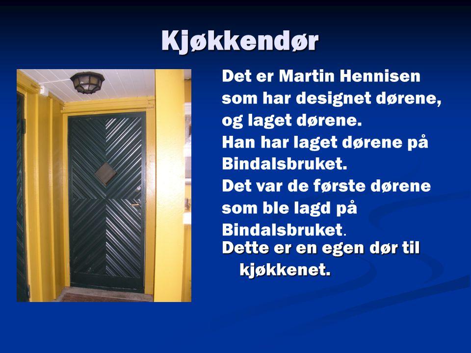 Kjøkkendør Dette er en egen dør til kjøkkenet. Det er Martin Hennisen som har designet dørene, og laget dørene. Han har laget dørene på Bindalsbruket.