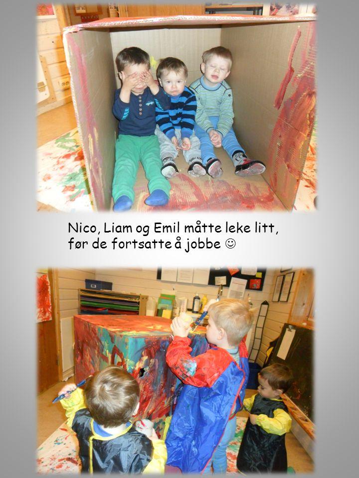 Nico, Liam og Emil måtte leke litt, før de fortsatte å jobbe 