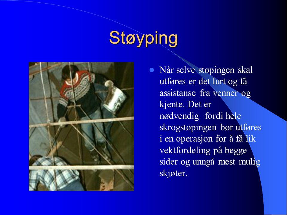 Armering  Båt-skjelettet ble dekket med 6 lag kylling-netting type 19 tråd, tre lag på hver side av armeringen. En god del timer gikk med for å stram