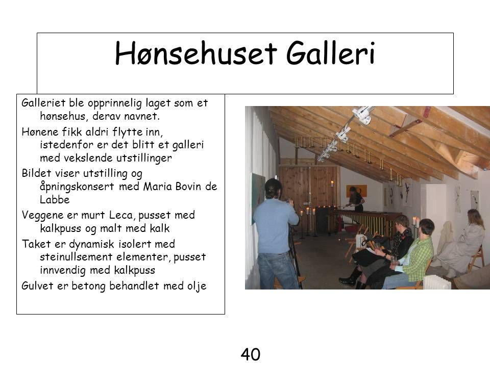 Hønsehuset Galleri Galleriet ble opprinnelig laget som et hønsehus, derav navnet. Hønene fikk aldri flytte inn, istedenfor er det blitt et galleri med