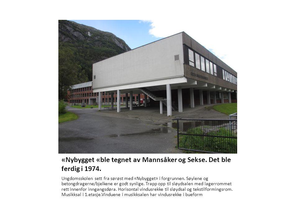 «Nybygget «ble tegnet av Mannsåker og Sekse. Det ble ferdig i 1974. Ungdomsskolen sett fra sørøst med «Nybygget» i forgrunnen. Søylene og betongdrager