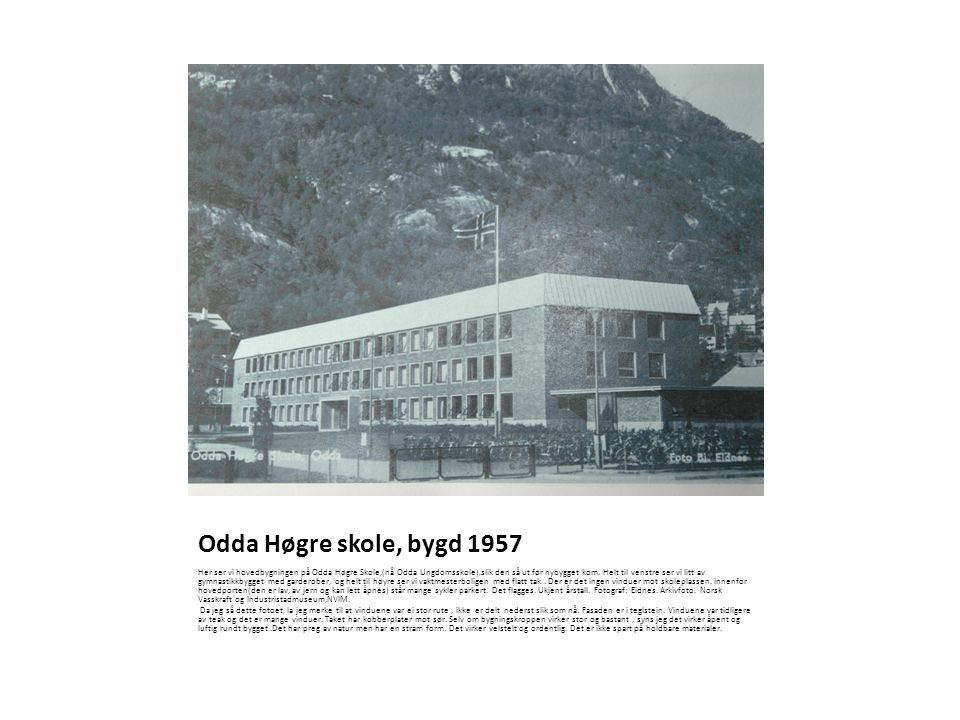 Odda Høgre skole, bygd 1957 Her ser vi hovedbygningen på Odda Høgre Skole,(nå Odda Ungdomsskole),slik den så ut før nybygget kom. Helt til venstre ser