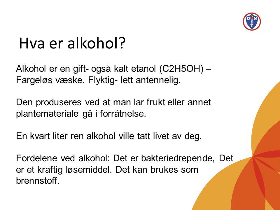 Hva er alkohol? Alkohol er en gift- også kalt etanol (C2H5OH) – Fargeløs væske. Flyktig- lett antennelig. Den produseres ved at man lar frukt eller an