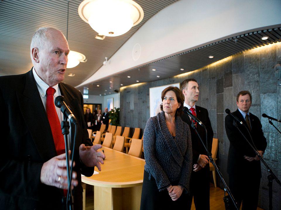 A WORLD OF SERVICE 1 Hvordan lede/følge opp geografisk spredte team? Jan Bjørneboe 2010 Bergen Maritime Personal Forum