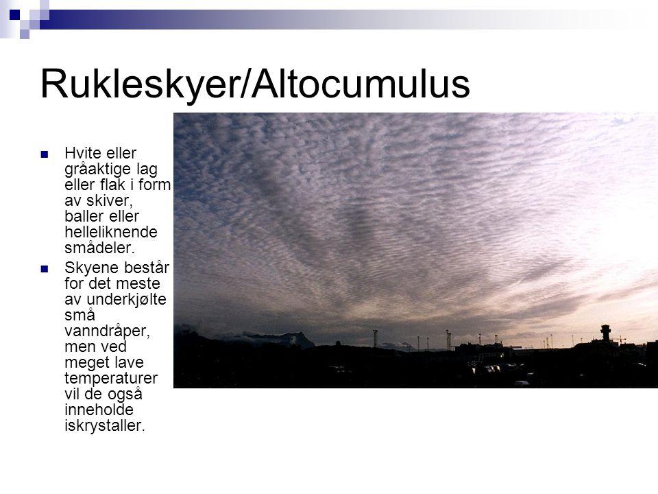 Rukleskyer/Altocumulus  Hvite eller gråaktige lag eller flak i form av skiver, baller eller helleliknende smådeler.  Skyene består for det meste av