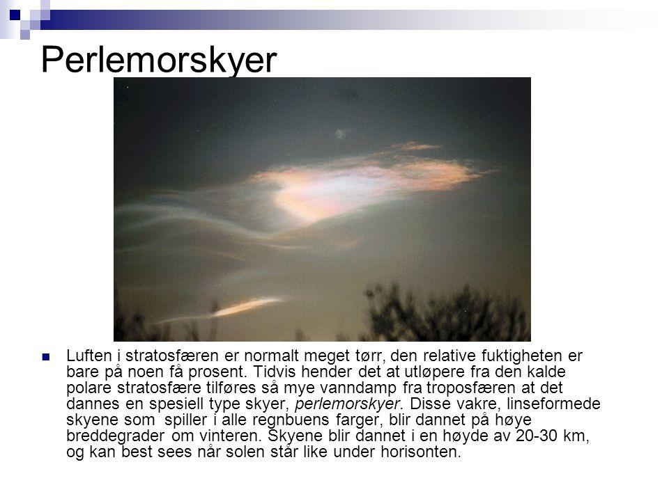 Perlemorskyer  Luften i stratosfæren er normalt meget tørr, den relative fuktigheten er bare på noen få prosent. Tidvis hender det at utløpere fra de