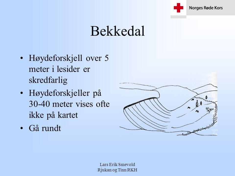 Lars Erik Smevold Rjukan og Tinn RKH Bekkedal •Høydeforskjell over 5 meter i lesider er skredfarlig •Høydeforskjeller på 30-40 meter vises ofte ikke p