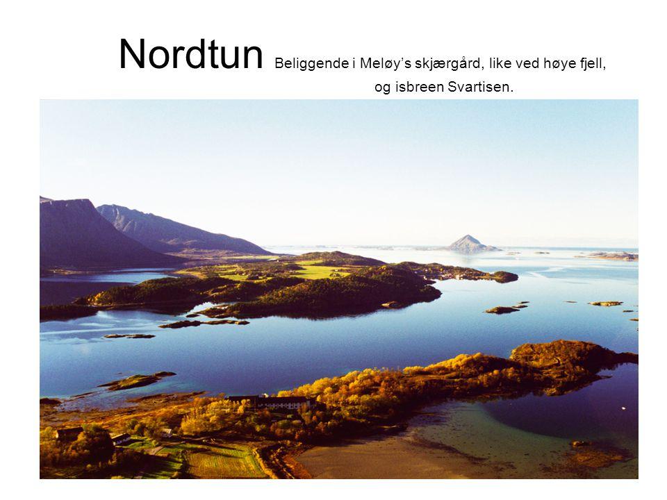 Nordtun Beliggende i Meløy's skjærgård, like ved høye fjell, og isbreen Svartisen.