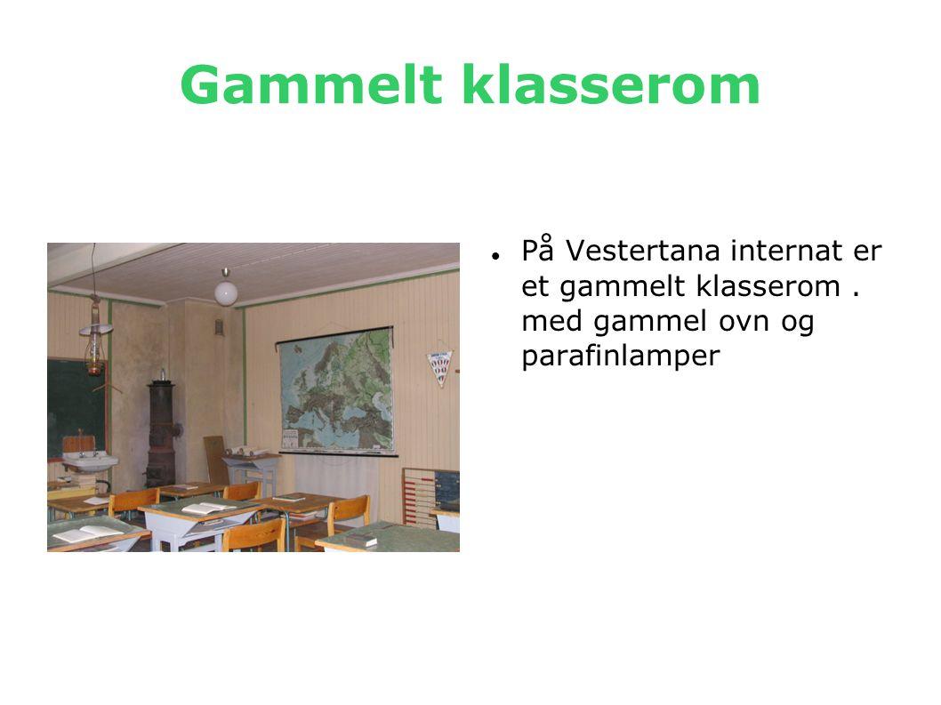 Gammelt klasserom  På Vestertana internat er et gammelt klasserom. med gammel ovn og parafinlamper