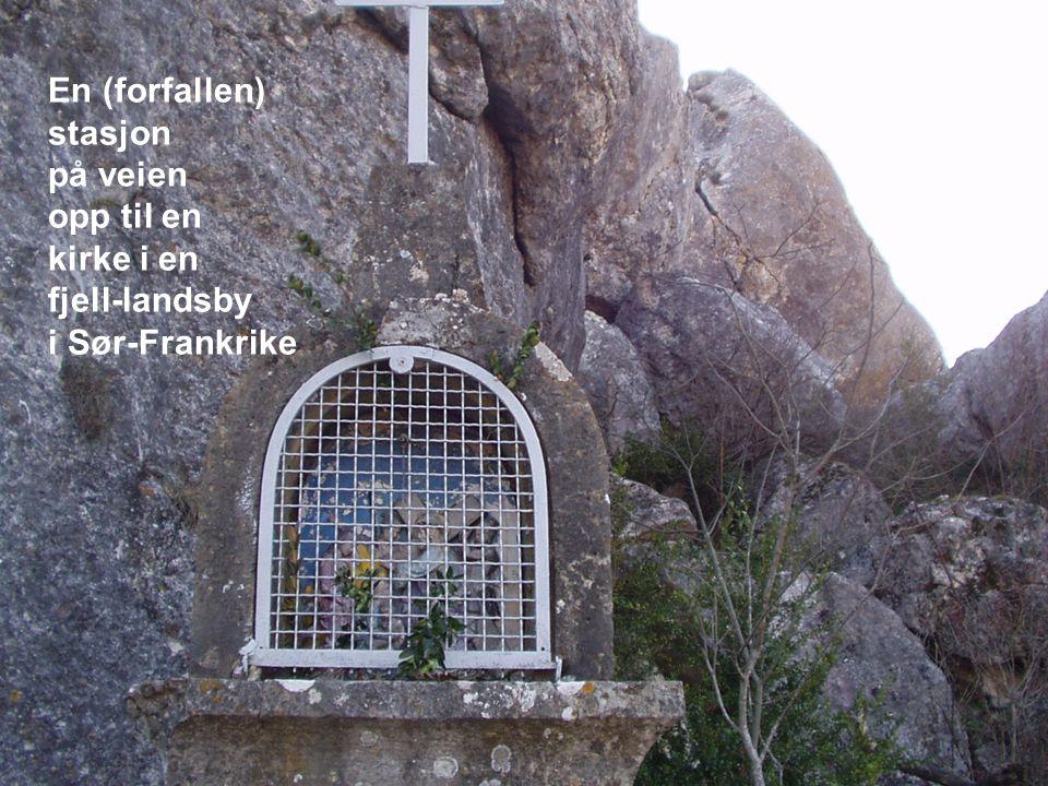 En (forfallen) stasjon på veien opp til en kirke i en fjell-landsby i Sør-Frankrike