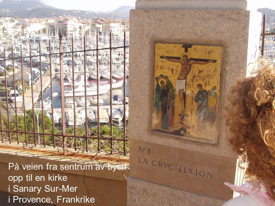 På veien fra sentrum av byen opp til en kirke i Sanary Sur-Mer i Provence, Frankrike