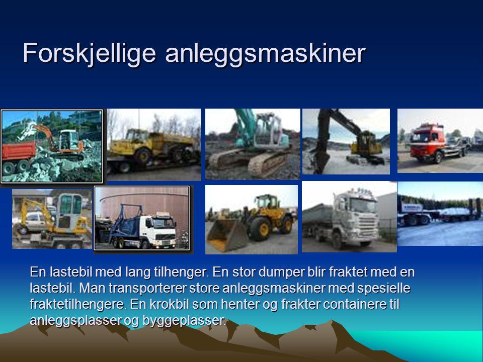 Forskjellige anleggsmaskiner En lastebil med lang tilhenger. En stor dumper blir fraktet med en lastebil. Man transporterer store anleggsmaskiner med