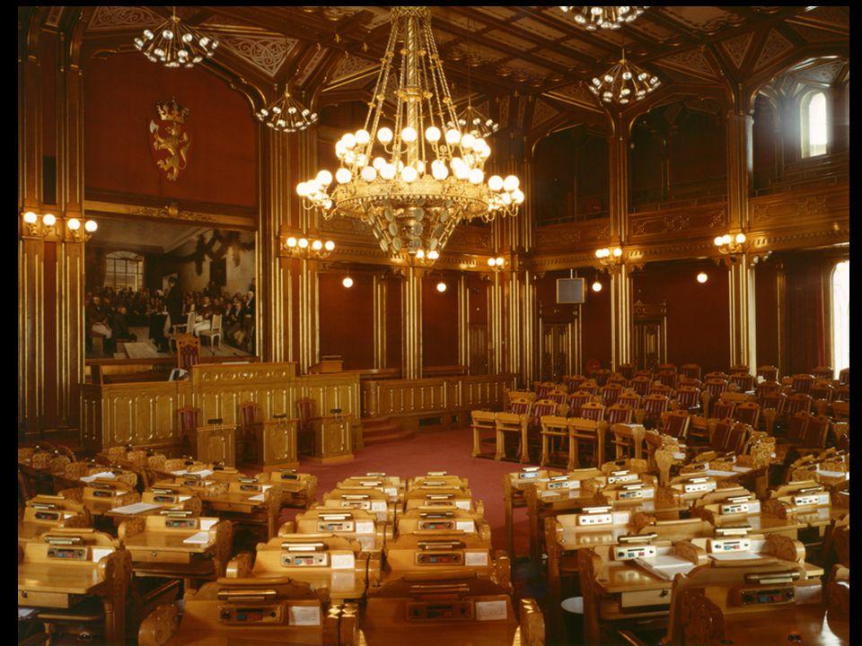 Steinar Taubøll - JUS100 UMB Komiteen og partiene -Komiteens fraksjoner drøfter saken med sine partiers gruppestyrer eller stortingsgruppe -Et forslag som komitéflertallet står bak, vil normalt få flertall i Stortinget •Hvis komiteen ikke har samme forholdsmessige partisammensetning kan det bli annerledes -Representantene sitter vanligvis i samme komité hele fireårsperioden.