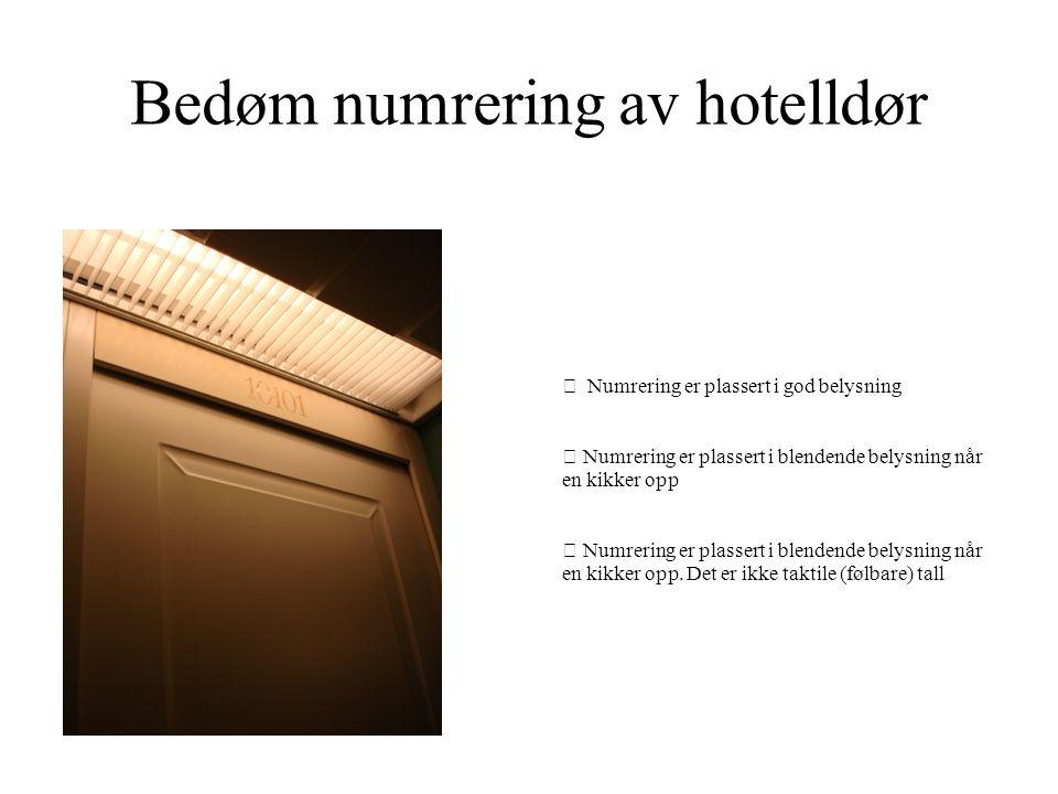 Bedøm numrering av hotelldør  Numrering er plassert i god belysning  Numrering er plassert i blendende belysning når en kikker opp  Numrering er pl