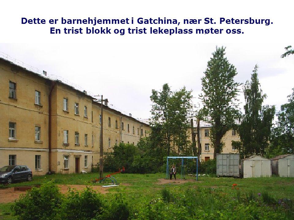 Dette er barnehjemmet i Gatchina, nær St. Petersburg. En trist blokk og trist lekeplass møter oss.
