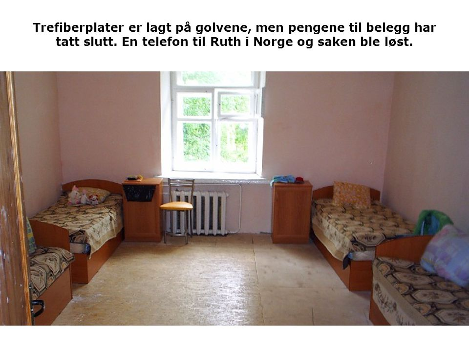 Trefiberplater er lagt på golvene, men pengene til belegg har tatt slutt. En telefon til Ruth i Norge og saken ble løst.
