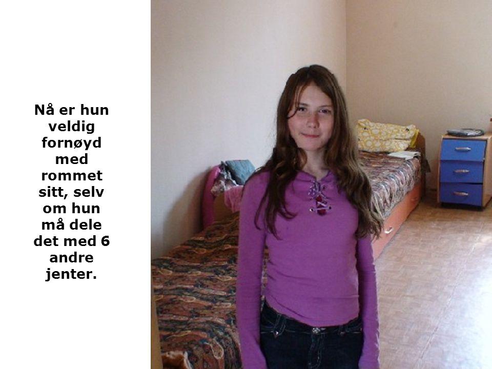Nå er hun veldig fornøyd med rommet sitt, selv om hun må dele det med 6 andre jenter.