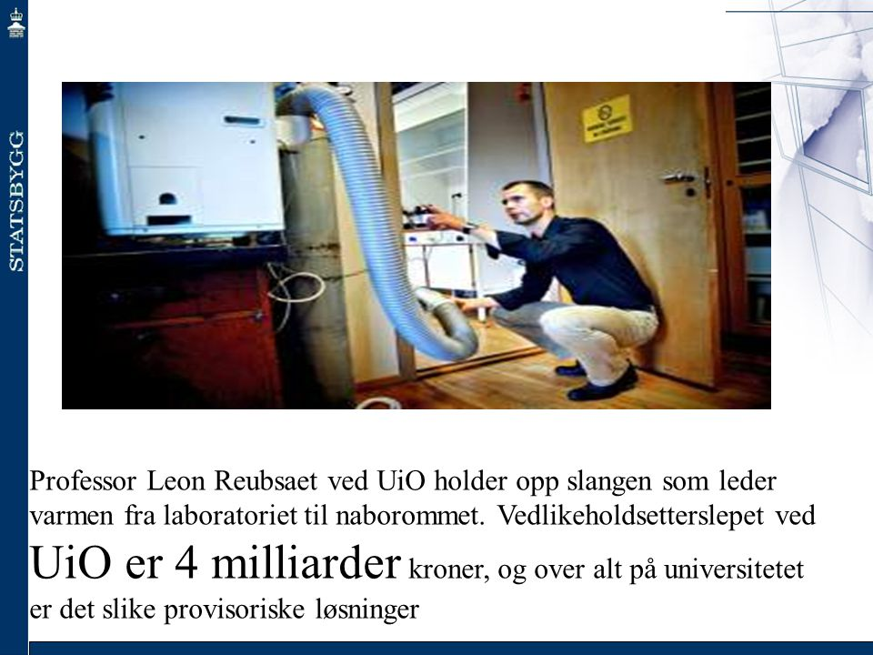 Professor Leon Reubsaet ved UiO holder opp slangen som leder varmen fra laboratoriet til naborommet. Vedlikeholdsetterslepet ved UiO er 4 milliarder k
