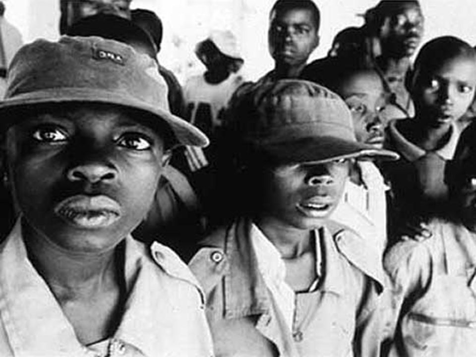 Barn som soldater Barn er lette å manipulere, de forstår ikke farene forbundet med å gjøre ulike oppgaver og har uklare begreper om rett og galt Utrustet med dødelige våpen, ruset på alkohol og dop for å gjøre dem voldelige, fryktløse og avhengige av gruppene som har rekruttert dem, blir barna levende drapsmaskiner og en fare for seg selv og andre De er fratatt familie og utdanning og alle muligheter for en normal barndom som grunnlag for et normalt voksenliv.