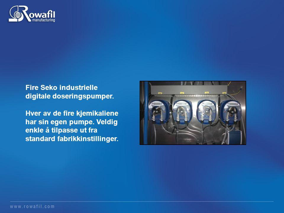 Fire Seko industrielle digitale doseringspumper. Hver av de fire kjemikaliene har sin egen pumpe.