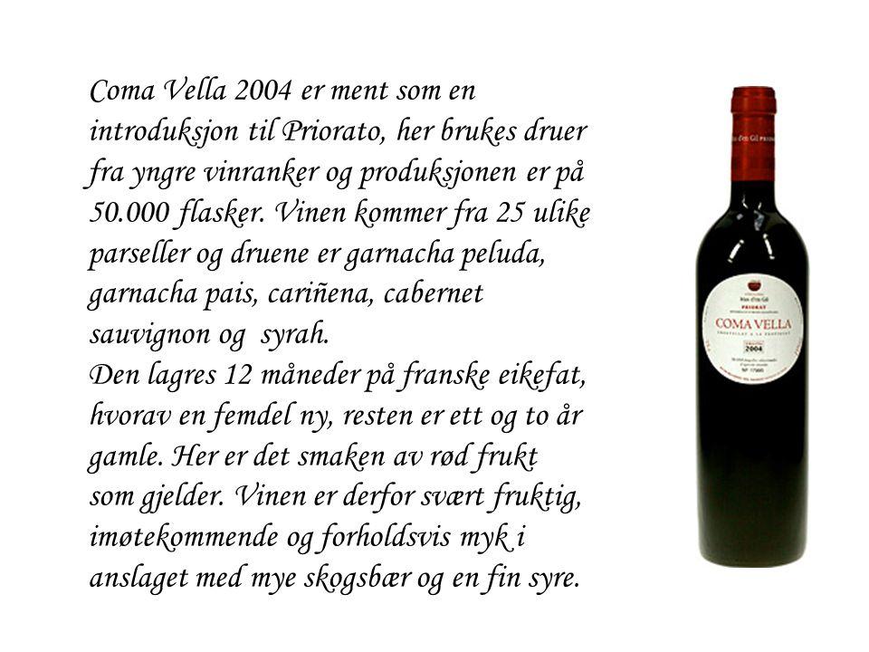 Coma Vella 2004 er ment som en introduksjon til Priorato, her brukes druer fra yngre vinranker og produksjonen er på 50.000 flasker. Vinen kommer fra