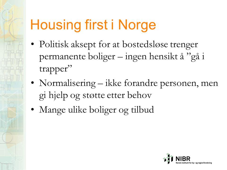 """Housing first i Norge •Politisk aksept for at bostedsløse trenger permanente boliger – ingen hensikt å """"gå i trapper"""" •Normalisering – ikke forandre p"""