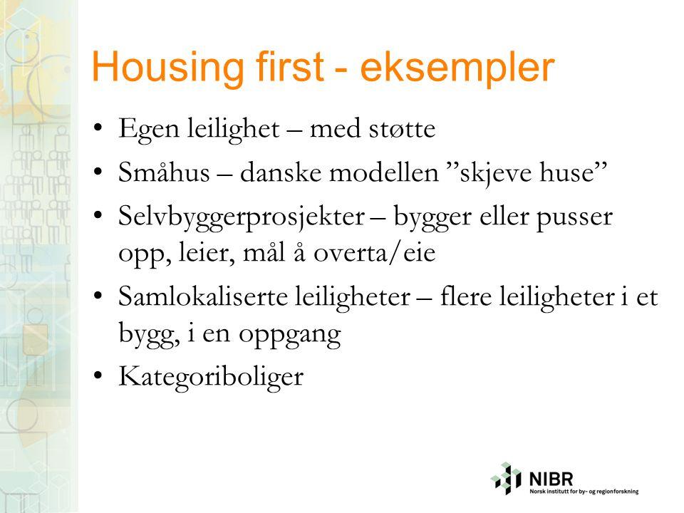 """Housing first - eksempler •Egen leilighet – med støtte •Småhus – danske modellen """"skjeve huse"""" •Selvbyggerprosjekter – bygger eller pusser opp, leier,"""