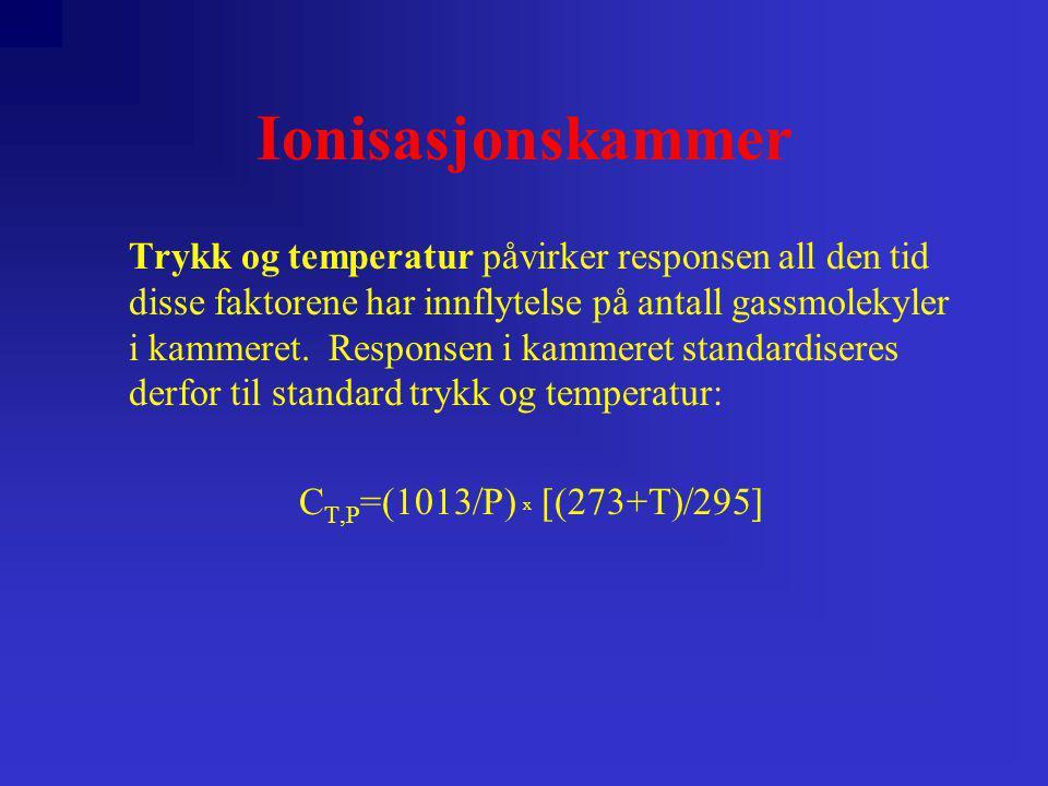 Ionisasjonskammer Trykk og temperatur påvirker responsen all den tid disse faktorene har innflytelse på antall gassmolekyler i kammeret. Responsen i k