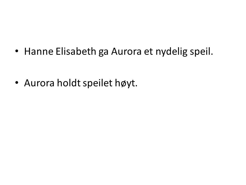 • Hanne Elisabeth ga Aurora et nydelig speil. • Aurora holdt speilet høyt.