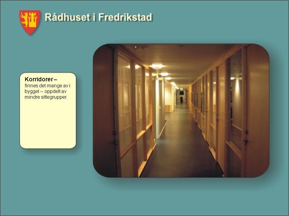 Korridorer – finnes det mange av i bygget – oppdelt av mindre sittegrupper.