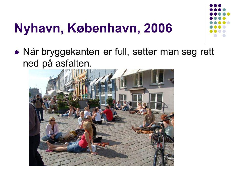 Nyhavn, København, 2006  Når bryggekanten er full, setter man seg rett ned på asfalten.