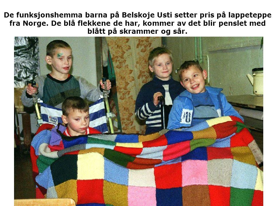 De funksjonshemma barna på Belskoje Usti setter pris på lappeteppe fra Norge. De blå flekkene de har, kommer av det blir penslet med blått på skrammer