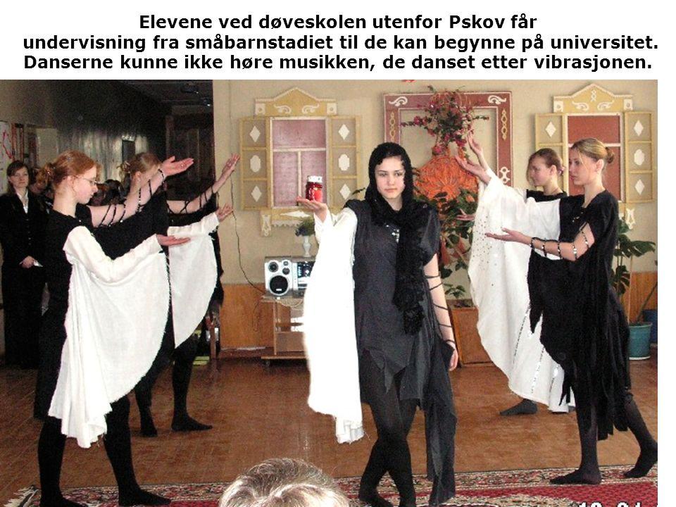 Elevene ved døveskolen utenfor Pskov får undervisning fra småbarnstadiet til de kan begynne på universitet. Danserne kunne ikke høre musikken, de dans