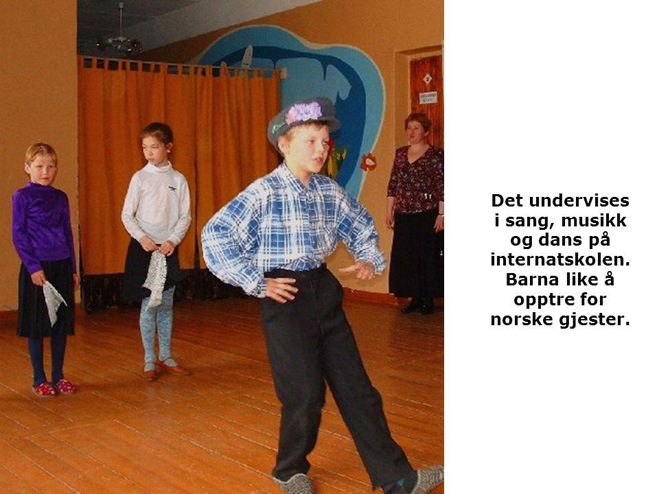 Det undervises i sang, musikk og dans på internatskolen. Barna like å opptre for norske gjester.