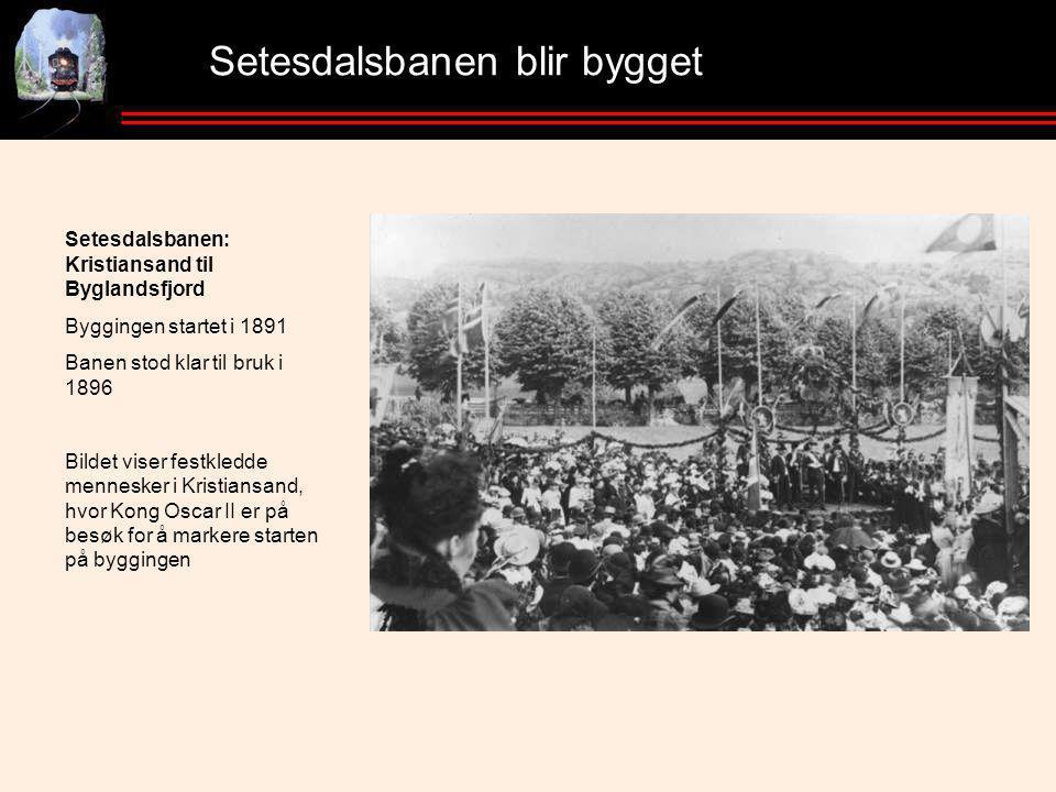 Setesdalsbanen blir bygget Setesdalsbanen: Kristiansand til Byglandsfjord Byggingen startet i 1891 Banen stod klar til bruk i 1896 Bildet viser festkledde mennesker i Kristiansand, hvor Kong Oscar II er på besøk for å markere starten på byggingen